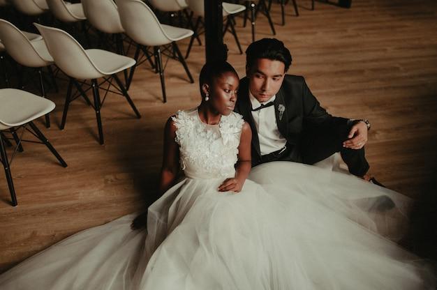 Жених и невеста обнимают друг друга Premium Фотографии