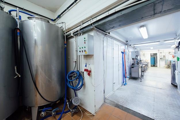 Оборудование для производства молока и молочных продуктов на молочном заводе Premium Фотографии