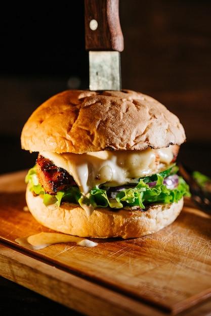 まな板の上の大きなジューシーなハンバーガー Premium写真