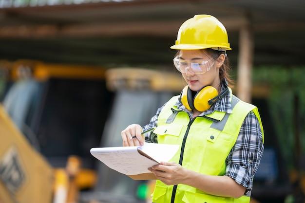 девушка строитель работа