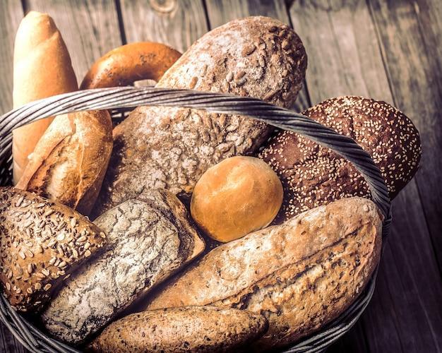 さまざまな焼きたてのパンのバスケットがクローズアップ 無料写真