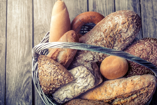 さまざまな焼きたてのパンのバスケット 無料写真