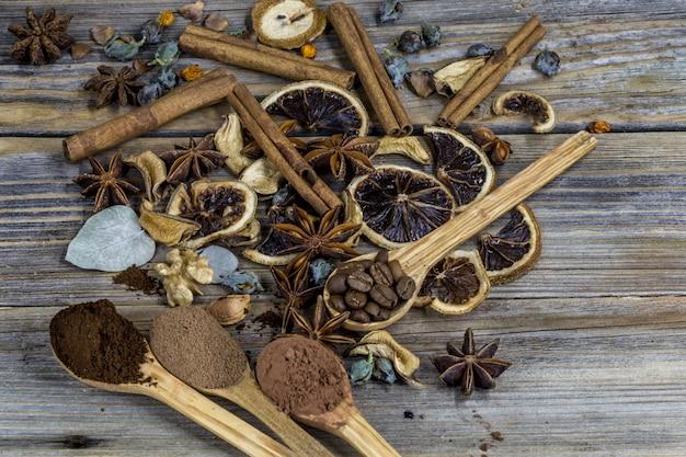 乾燥したレモン、シナモン、木の木のスプーンのコーヒーの美しいアレンジメント 無料写真