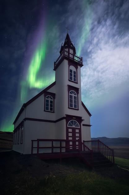 아이슬란드에서 교회를 통해 아름다운 오로라 춤. 프리미엄 사진
