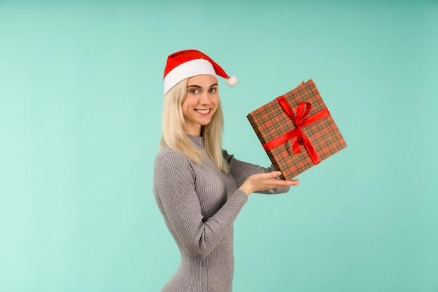 아름다운 소녀 선물 손에 잡아 프리미엄 사진