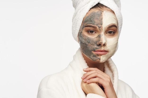 그녀의 얼굴에 검은 점들에 대한 마스크가있는 아름다운 소녀 프리미엄 사진