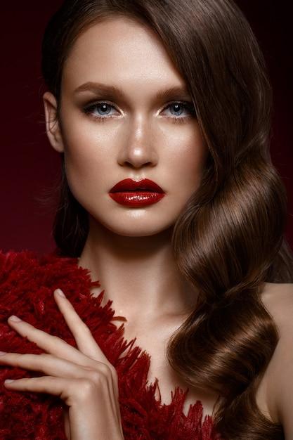 Красивая девушка с вечерним макияжем, волнами кудрей и красными губами, красавица лицом, Premium Фотографии