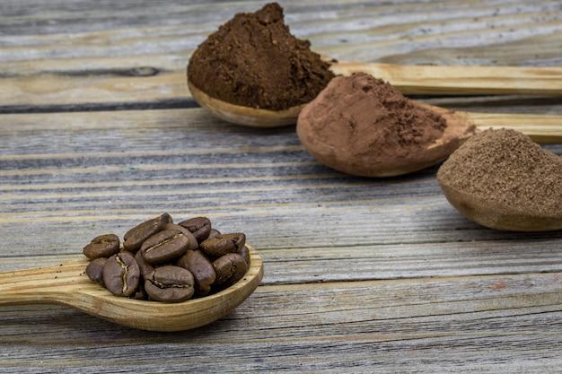 木製の異なる角度、クローズアップでコーヒーを飲みながら美しい小さな木のスプーン 無料写真