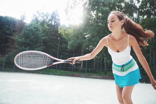 スポーツウェアのテニスボールを身に着けている美しい女性。 無料写真