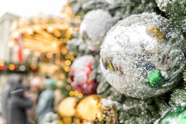 크리스마스 트리의 눈 덮인 바람에 큰 공. 프리미엄 사진