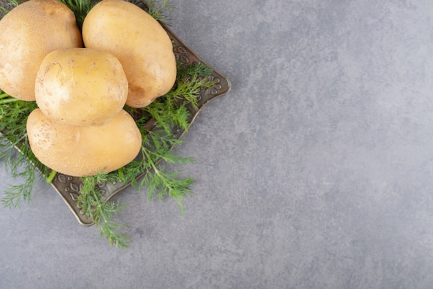 新鮮なディルが入った未調理のジャガイモのブラックボード。 無料写真
