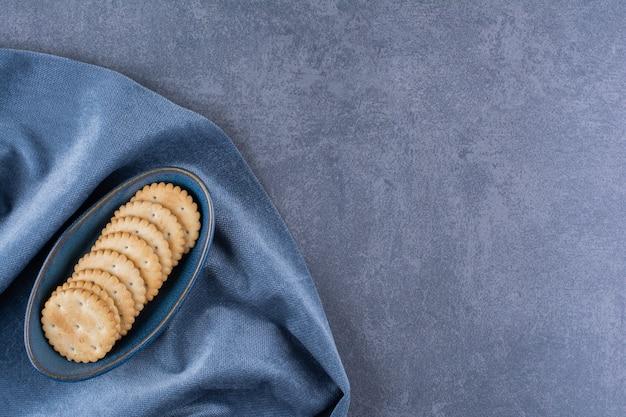 식탁보에 차 버터 비스킷의 파란색 그릇. 무료 사진