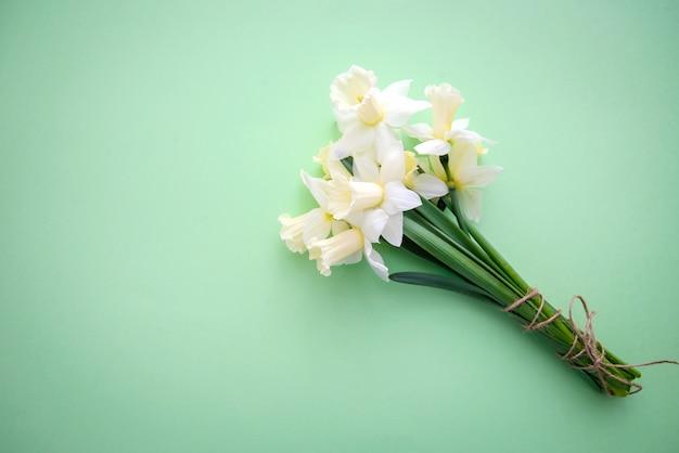緑の背景に水仙の花束 Premium写真