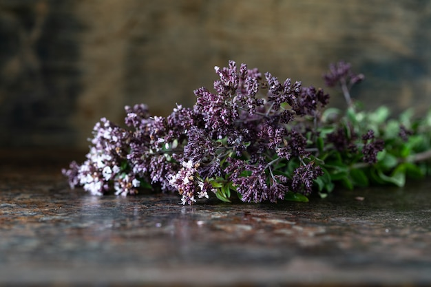 木製のテーブルにオレガノの花の花束。コピースペース 無料写真