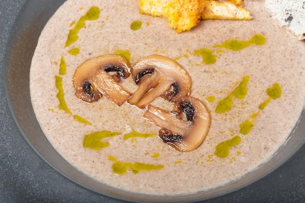 きのこのスープのおいしい自家製クリームのボウル Premium写真