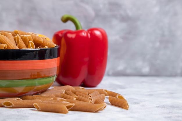 붉은 피망을 곁들인 생 튜브 파스타 한 그릇 무료 사진