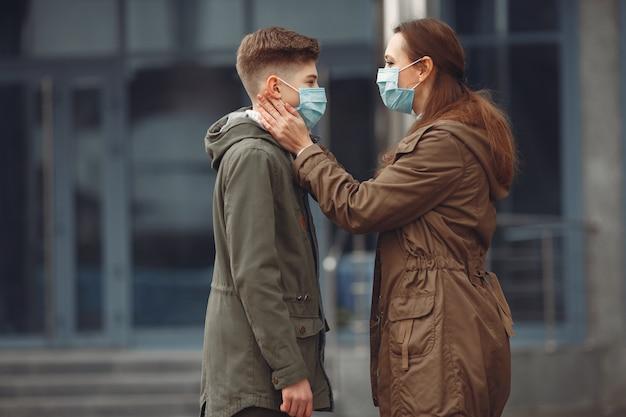 男の子と母親が防護マスクを着用しています 無料写真