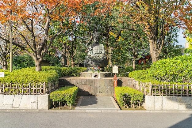 Статуя будды за пределами храма сенсоджи в токио Бесплатные Фотографии