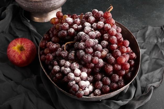 Гроздь красного винограда в металлической миске, вид сверху. Бесплатные Фотографии