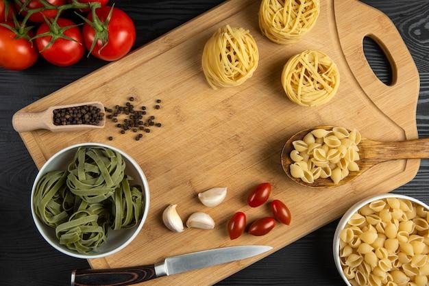 トマトのイタリアンパスタの束 無料写真