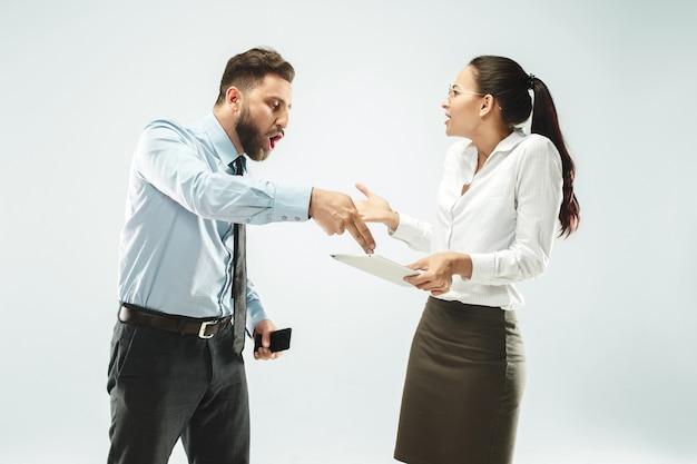 ビジネスマンはオフィスで彼の同僚にラップトップを示します。 無料写真