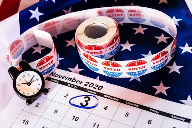 Календарь, отмеченный 3 ноября 2020 года, президентские выборы. Premium Фотографии