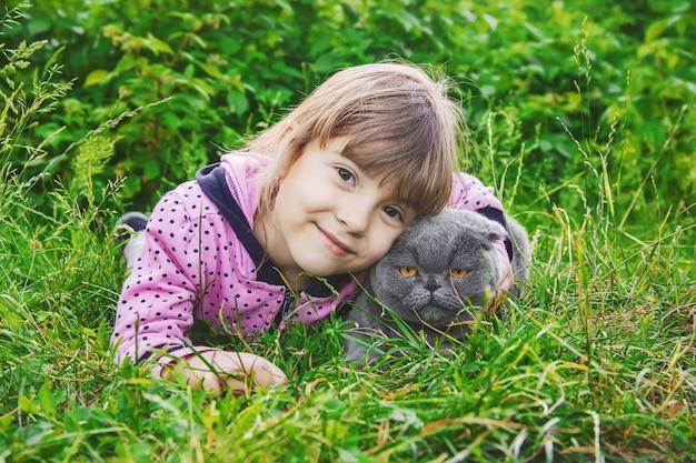 子供と猫セレクティブフォーカス Premium写真