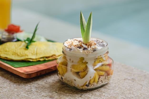 Крупным планом вкусный кремовый десерт на каменной поверхности Бесплатные Фотографии