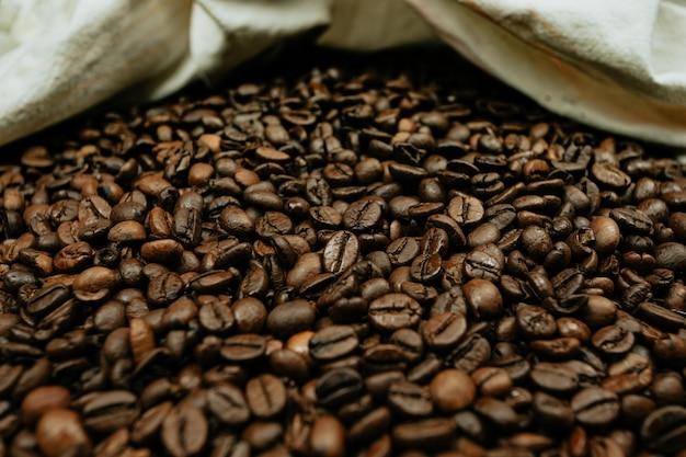 Красочный крупный план множества кофейных зерен Premium Фотографии