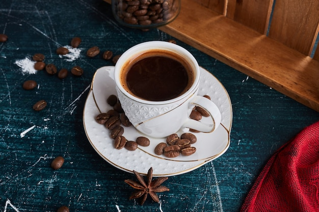 Чашка кофе в керамическом блюдце. Бесплатные Фотографии