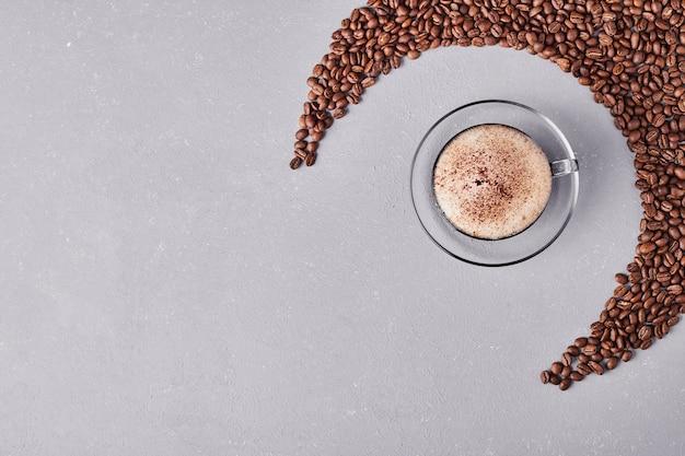유리 접시에 커피 한잔. 무료 사진