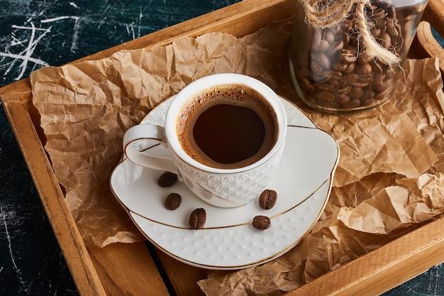 Чашка кофе в белом блюдце. Бесплатные Фотографии