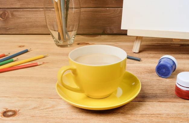 木製のテーブルの上にコーヒーを1杯。 Premium写真