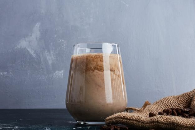 Чашка кофе на синей поверхности. Бесплатные Фотографии