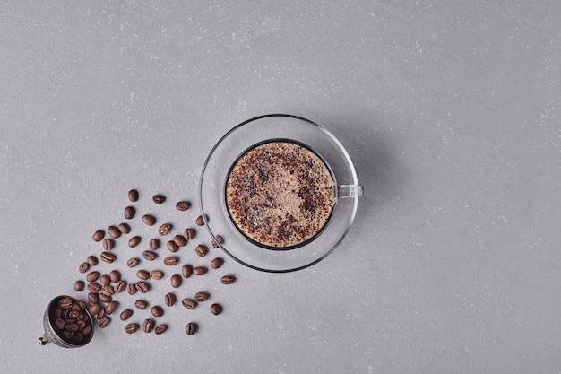 회색 바탕에 커피 한 잔입니다. 무료 사진