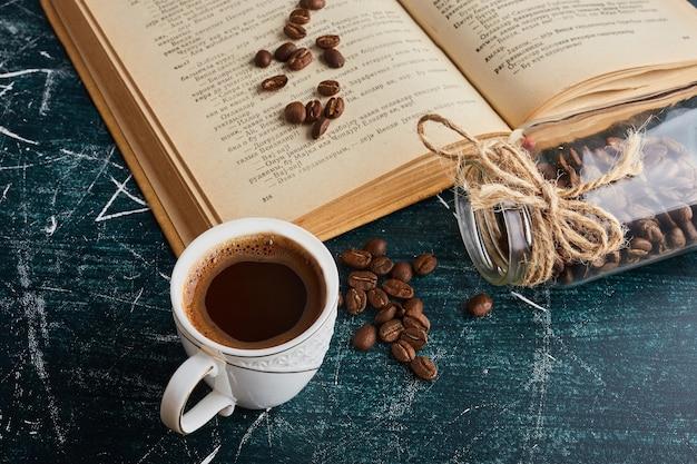 책을 제쳐두고 커피 한 잔. 무료 사진
