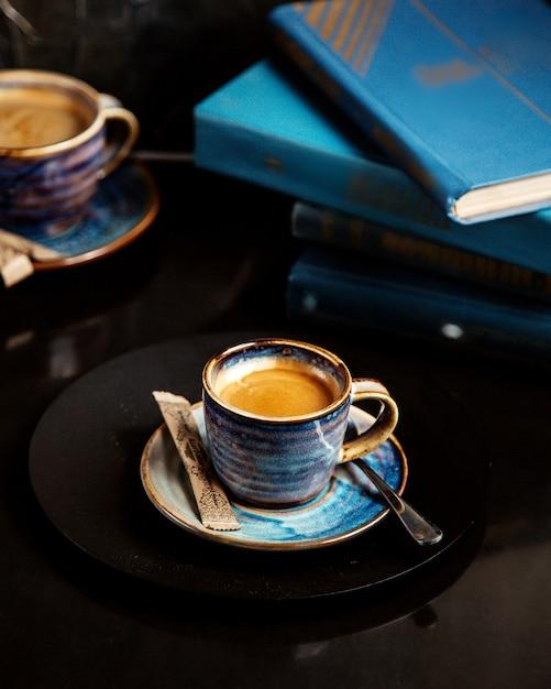 テーブルの上の本とコーヒー1杯 無料写真