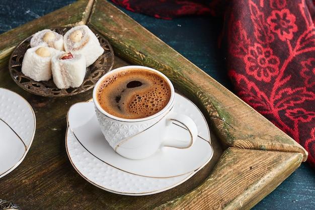 ターキッシュロクムとコーヒー1杯。 無料写真