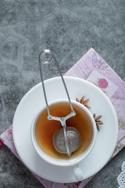 白い皿にスターアニスを添えた美味しいお茶。 無料写真