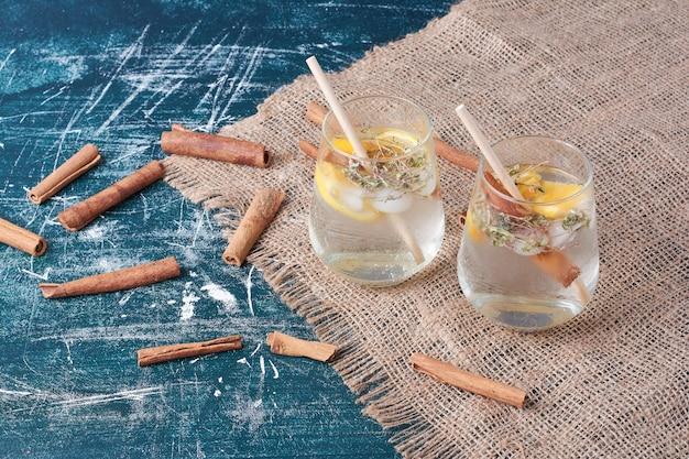 青にレモンと飲み物のカップ。 無料写真