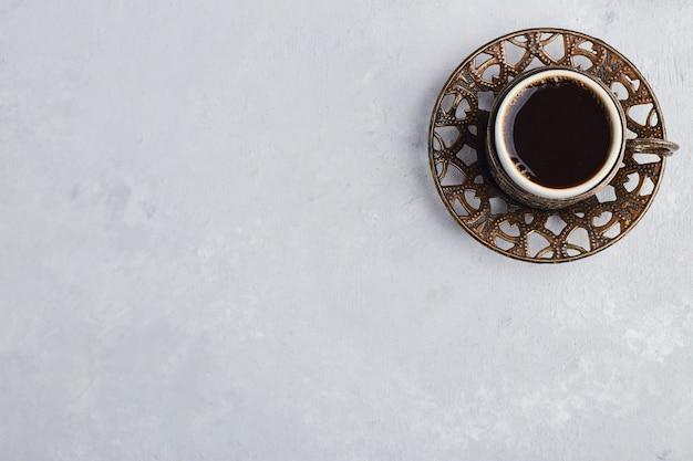 金属製の受け皿にエスプレッソを入れたカップ。 無料写真
