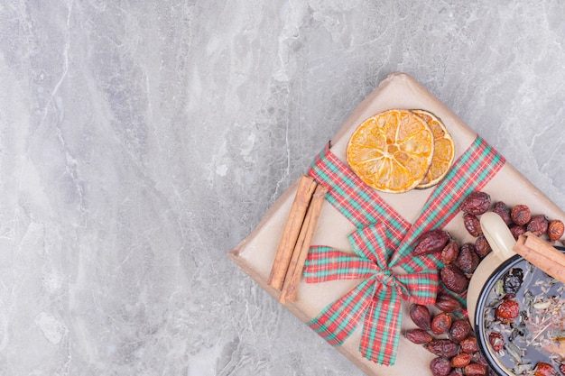 スパイスとフルーツのハーブティー1杯 無料写真