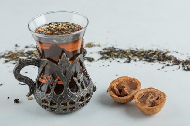 Чашка травяного чая с печеньем в форме сладкого ореха. Бесплатные Фотографии