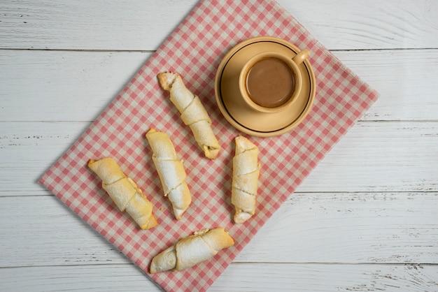 Чашка горячего шоколада с традиционной кавказской выпечкой мутаки на клетчатом полотенце Бесплатные Фотографии