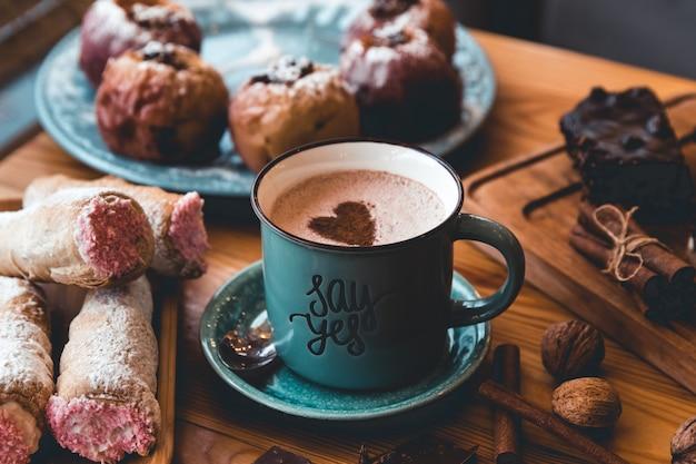 테이블에 뜨거운 코코아 한잔. 디저트와 과자. 휴일과 로맨스. 행복한 발렌타인 데이 프리미엄 사진