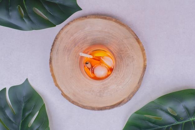 中に柑橘系の果物が入ったジュースのカップ 無料写真