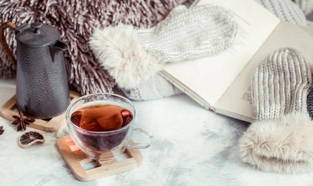 Чашка чая на столе в интерьере дома Premium Фотографии