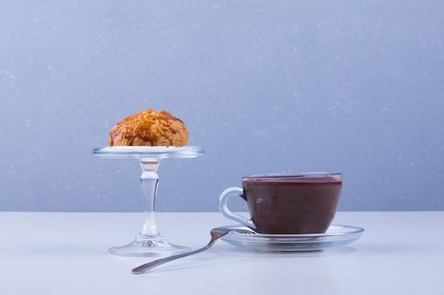 コーヒーを添えてガラスカップのカップケーキ 無料写真
