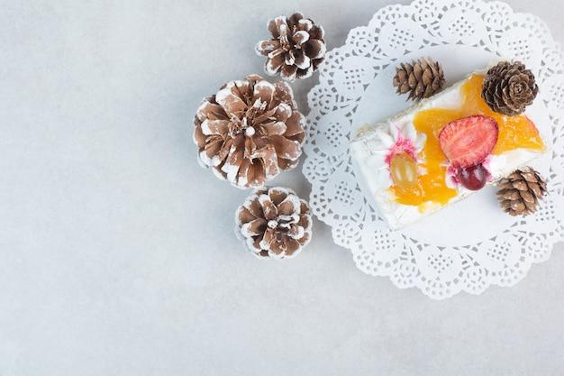 Вкусный кусок торта с шишками на белом фоне. фото высокого качества Бесплатные Фотографии