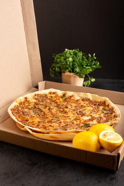 Замороженное тесто lahmacun с мясным фаршем, зеленью и лимоном в бумажной коробке, вкусное печенье Бесплатные Фотографии
